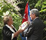 Omar gonzáles entrega a la Presidenta Bachelet un lata de película, como simbolo del acto.
